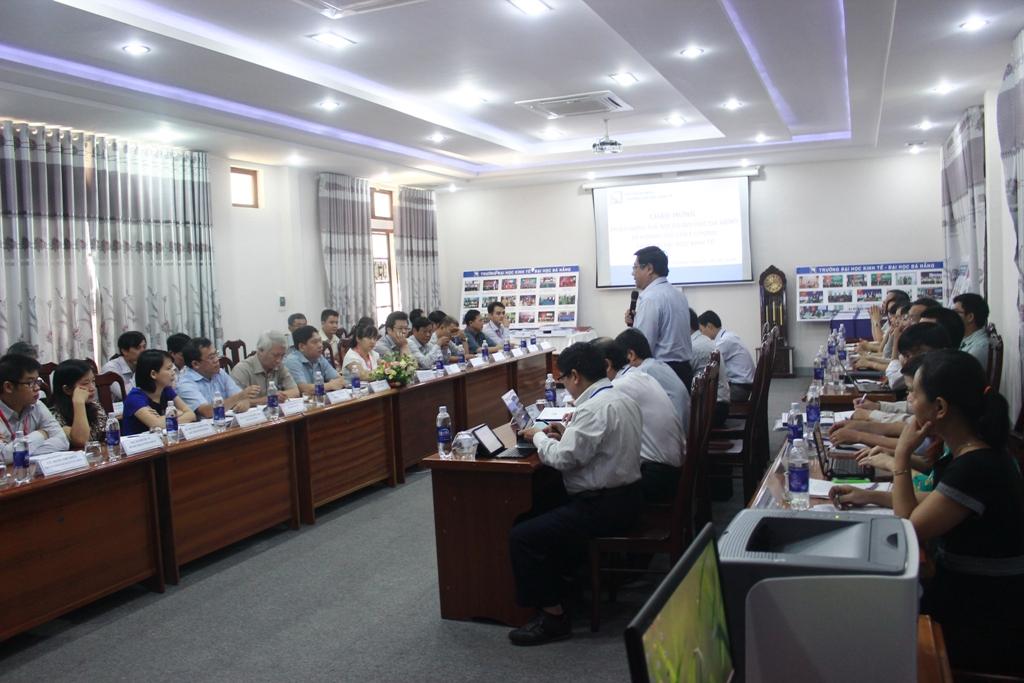 Đoàn đánh giá làm việc với Hội đồng tự đánh giá Trường ĐH Kinh tế
